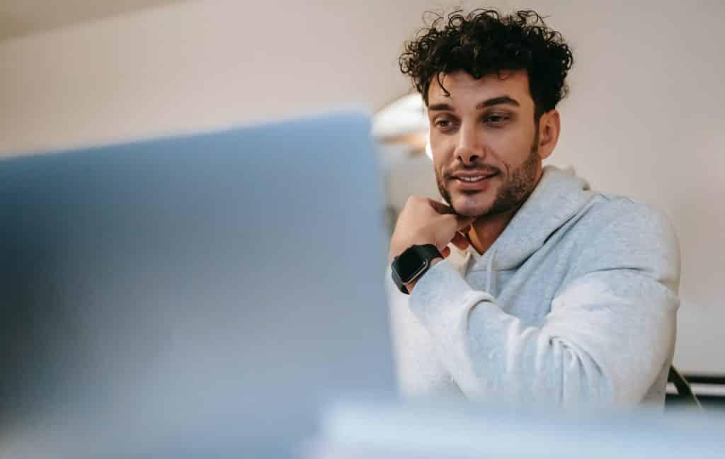 Men on his cumputer